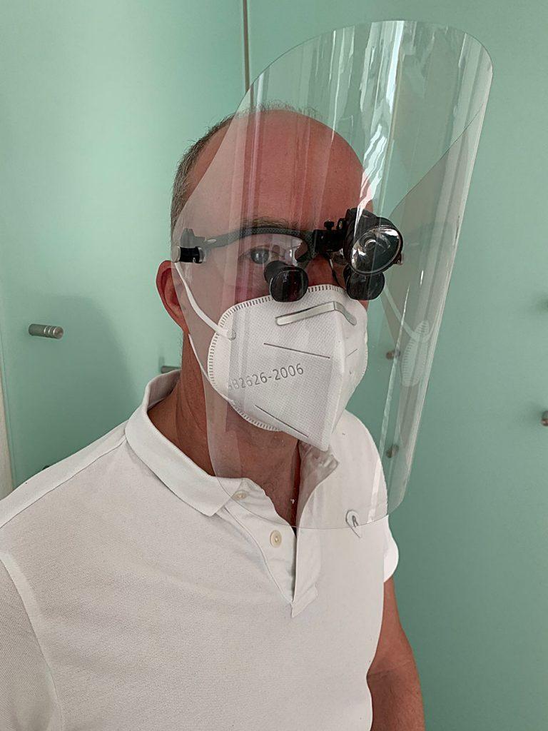 Behandlung mit Schutzmaske und Schutzausstattung zur Ihrer und unserer Sicherheit.