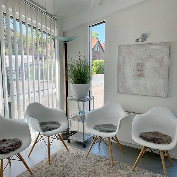 Wartezimmer - unsere Möbel und Stühle werden regelmäßig desinfiziert